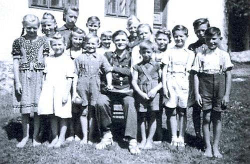Se spolužáky na snímku školní třídy někdy z počátku padesátých let ve Stadlbergu - mezi dětmi převážně bosými tu sedí i listonoš Weinberger