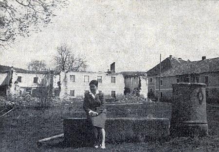 Někdy uprostřed šedesátých let dvacátého století jím pořízený bezútěšný snímek rodné vesnice s dnes již zcela zmizelým statkem čp. 2 a se zasypanou kašnou na návsi, zvanou Mitterbrunnen (sedí na ní nejspíše jeho žena Anna)