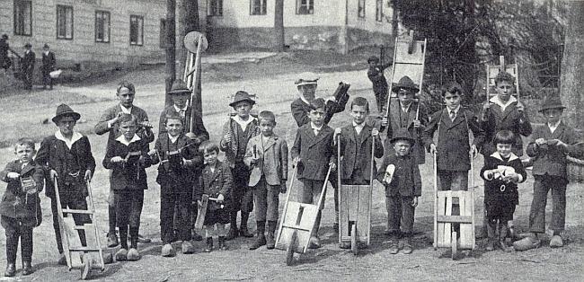 Želnavští kluci s řehtačkami v roce 1931, on v dřevácích zcela vpravo