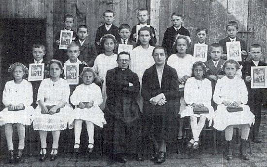 """Mezi spolužáky ročníku 1919 o prvním svatém přijímání v Želnavě 1928 stojí s obrázkem nad druhou zprava sedící dívenkou a 1999 jako osmdesátník ke snímku poznamenává: """"Tři z kamarádů na něm zachycených padli ve válce, osm jiných z dvaceti tehdy devítiletých dětí už zemřelo, zbylo nás k letošku devět starých jako já"""""""
