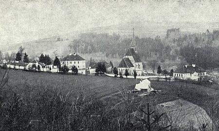 Zajímavý pohled, zachycující zároveň s kostelem i zátoňskou faru a školu