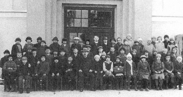 Prvý skupinový snímek třídy, pořízený roku 1928 před novou školní budovou ve Větřní, zachycuje učitele Müllera a jeho žáky (viz i Johann Grundl)