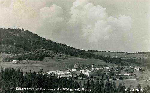 Stará pohlednice Kunžvartu s dobře viditelným hradem téhož jména je dílem Josefa Seidela