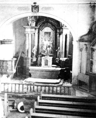 Snímek z roku 1964 zachycuje vnitřek kostela ve Strážném rok předtím, než byla celá budova stržena, pohled na kostel pochází zprvní poloviny 20. století