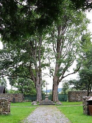 Pietně upravený prostor, kde stával kostel a hřbitov