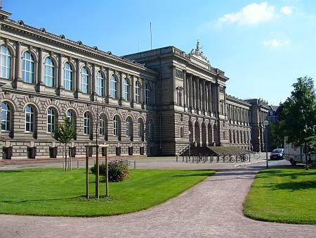 Vilémovská hlavní budova štrasburské univerzity na Universitním náměstí