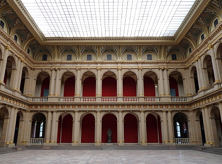 Aula hlavní univerzitní budovy, v níž se roku 1949 konalo první zasedání Rady Evropy