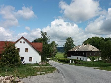 Domy ve Slunečné u silnice směrem na Želnavu