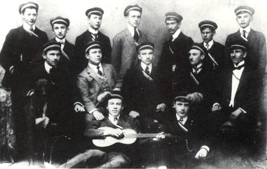 """Na snímku s feriálním sdružením """"Normannia"""" z roku 1910 stojí třetí zprava"""