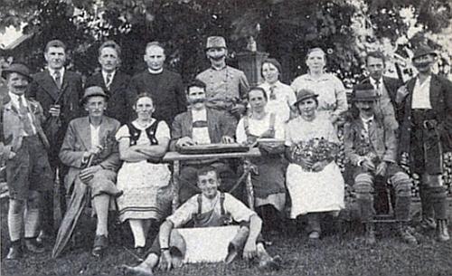 """Na snímku ochotnického souboru, který o Velikonocích roku 1938 uvedl vRychnůvku představení hry """"Almenrausch und Edelweiß"""" od Herrmanna Schmida (1815-1880) je stojící druhý zleva její pozdější manžel"""