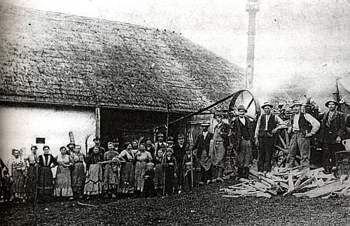 """U parní mlátičky při stavení """"Koasa"""" čp. 7 v Parneku jsou zachyceni roku 1910 opravdu mnozí pracovníci i zvědavci"""
