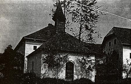 """Návesní kaple v zaniklém Perneku stála mezi staveními čp. 7 (""""Koasa"""") a čp. 10 """"Hofer-Haus"""")"""