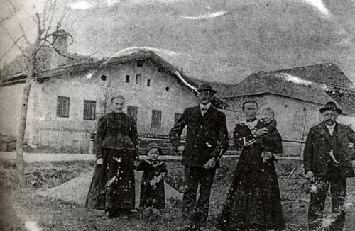 """Jungwirthn-Haus"" čp. 16 na snímku z roku 1923, Maria je tu zachycena v náručí mladé selky"
