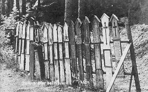 """U nýrské """"Waldbühne"""" stávala vystavena i tato umrlčí prkna"""