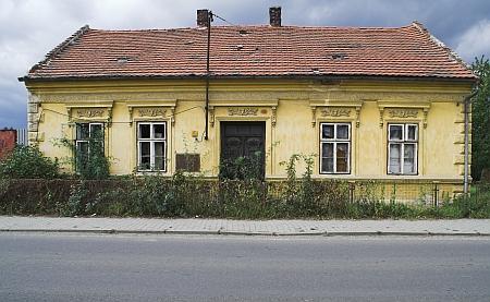 Dnes již zcela přestavěný dům v Nýrsku na někdejší Reichsstraße čp. 214 (nyní Bezručova), kde kdysi bydlel, na snímcích z roku 2006