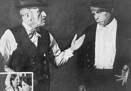 """V jiné ze scén hry """"Vom Leben und Sterben des Bauern"""" je on ten napravo gestikulující"""