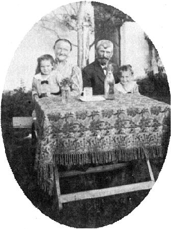 """Multererovi rodiče: otec Franz, po rodné chalupě v zaniklých dnes Srubech (Heuhof) řečený """"Franzenbauer Franz"""", nalevo matka Marie, roz. Größlová, narozená ve Starém Spálenci (Alt-Prennet) """"beim Sixn"""", zde s vnoučaty, dětmi Hansovy sestry Resl"""