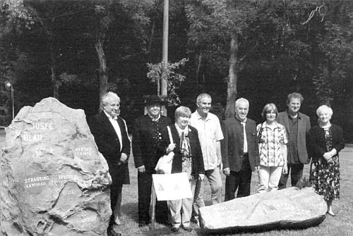 """Odhalení pamětního kamene Hansi Multererovi 23. srpna 2014 v Nýrsku na plácku před """"Lesním divadlem"""" (Waldbühne)"""
