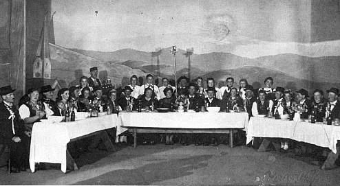 ... a scéna selské svatby z téže hry, provedené roku 1943 namísto pašijových her v Hořicích