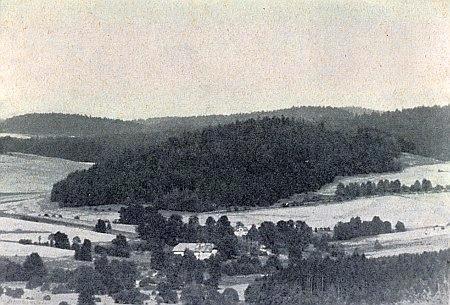 Ves Pláně, která měla roku 1930 24 stavení, na snímku ze srpna 1962