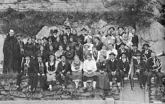 Na scéně lesního divadla v Nýrsku sedí uprostřed se zástěrou a v bílých punčochách