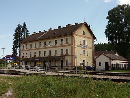 Železniční stanice Želnava (dnes Nová Pec) a snímek z jejího převzetí do českých rukou 12. června 1945