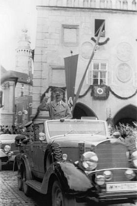 Hitlerův příjezd pod nacistickými vlajkami na českokrumlovské náměstí vříjnu 1938...