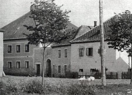 Dům čp. 8 na snímku vlevo náležel v Hůrce Karlu a Anně Mündlovým