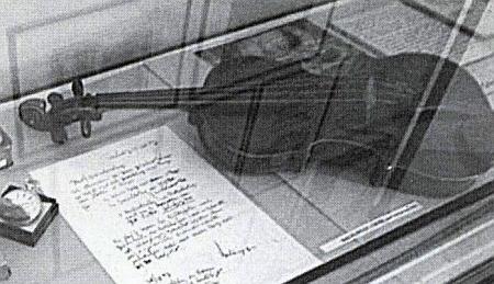 Jeho housle ve výstavní vitríně