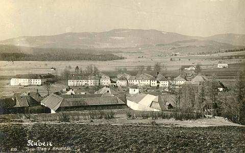Hůrka, kde se odehrává jeho vyprávění, na staré pohlednici fotografa Josefa Wolfa z Českého Krumlova