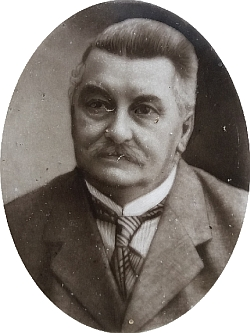 Václav/Wenzl Nehyba, řídící učitel ve Světlíku na podobence, která sedochovala na jeho hrobě