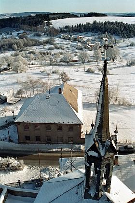 Pohled z kostelní věže na školu v roce 1991