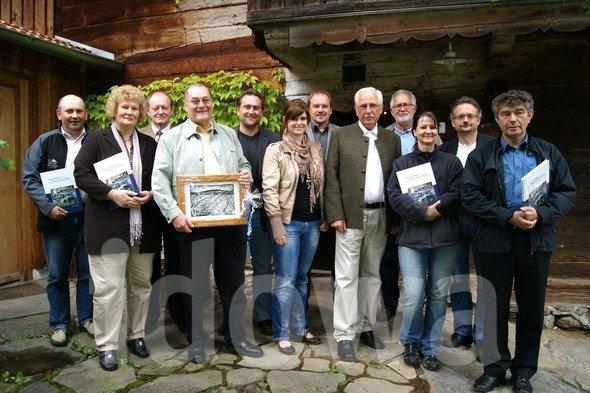 """Roku 2012 při prezentaci své druhé knihy """"Geschichten aus dem Bayerischen Wald"""" ve""""Schwarzauer Haus"""" vLohbergu je zachycen čtvrtý zleva"""