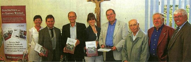 """Při představení své prvotiny  """"Geschichten aus dem Lamer Winkel"""" roku 2009 v Lamu  stojí tu čtvrtý zprava"""