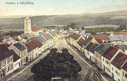 Pohled z Velešína směrem k údolí řeky Malše z věže druhého, kdysi už zrušeného kostela (pohlednice)
