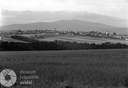 Velešín s panoramatem Kleti na Seidelově snímku někdy z konce druhé světové války - vodojem z roku 1930 zde už dominuje obrazu města