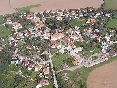 Doubravice na leteckém snímku z roku 2017, rybníček na návsi je jediným v okolí