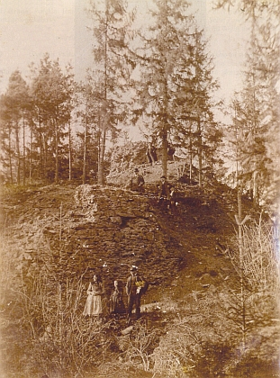 Čelo vnitřního hradu u Velešína na snímku zpočátku 20.století (viz i Heinrich von Freiberg aKarl Strobl)
