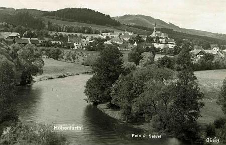 Tady vidíme na staré pohlednici Josefa Seidela Vyšší Brod od mostu při nádraží Vyšší Brod - město, jedné ze dvou místních železničních stanic