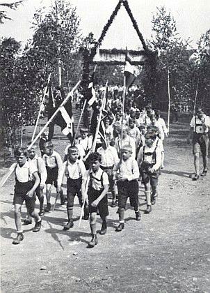 Oddíl Wandervogel na slavnosti se svými praporci