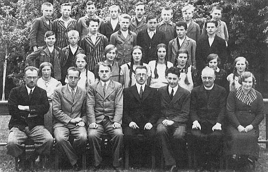 Se žáky 3. třídy měšťanské školy ve Chvalšinách, školní rok 1933/1934, sedí vpředu druhý zleva, druhý zprava vtéže řadě je s kolárkem zachycen Ottomar Rausch
