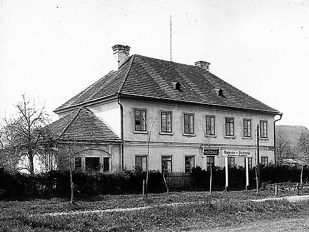 Bývalá přepřažní stanice koňské dráhy, pozdější obecná škola v Bujanově