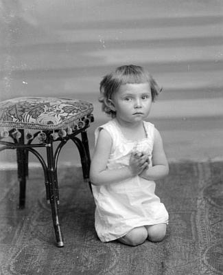 """Tento kouzelný dětský snímek z fotoateliéru Seidel byl pořízen na adresu """"Neubauer, Priethal"""" roku 1902, kdy i jemu samému byly pouhé dva roky"""
