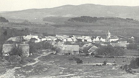 Dnes zcela zaniklé Vitěšovice na snímku Josefa Seidela z roku 1924, v pozadí svítí bílé chalupy obce Březovík