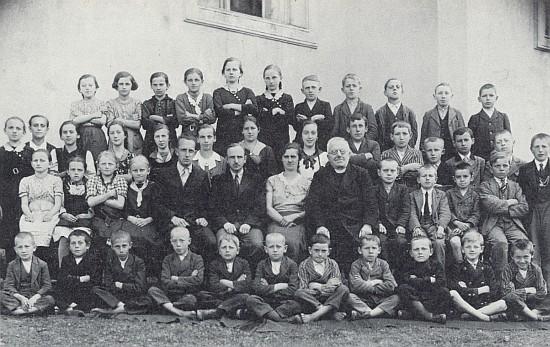 Se školáky ve Vitěšovicích v roce 1936 sedí ve druhé řadě pátý zleva