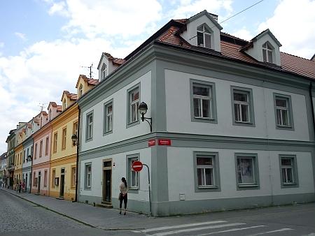 Kanovnické domy v Kanovnické ulici při pohledu z křižovatky s Kněžskou ulicí