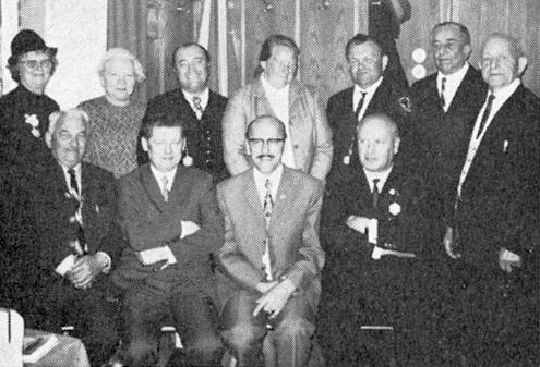 """Tady je zachycen na setkání """"obecních pověřenců"""" v Pasově roku 1971 stojící třetí zprava, třetí zleva stojí Franz Woldrich, druhý zleva sedí Friedrich C. Stumpfi, vedle něho pak Otto Lang"""