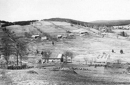 Ženiny rodné Dolní Světlé Hory při svahu Geißbergu s vrcholem už na bavorské straně zachytil snímek z roku 1927, kde je při hranici s bavorskou už usedlostí vepředu dopsána později zkratka ČSSR, a ten novější z roku 2004