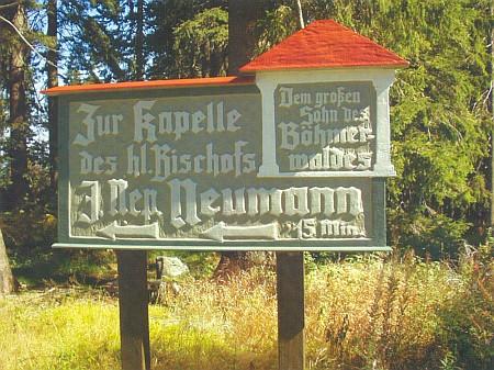 Ukazatel u cesty k jemu zasvěcené kapli na šumavském Hochsteinu