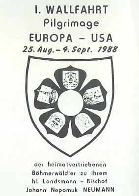 """Emblém poutě z Evropy do USA, kterou vroce 1988 podnikli vyhnaní Šumavané za svým """"svatým krajanem"""""""